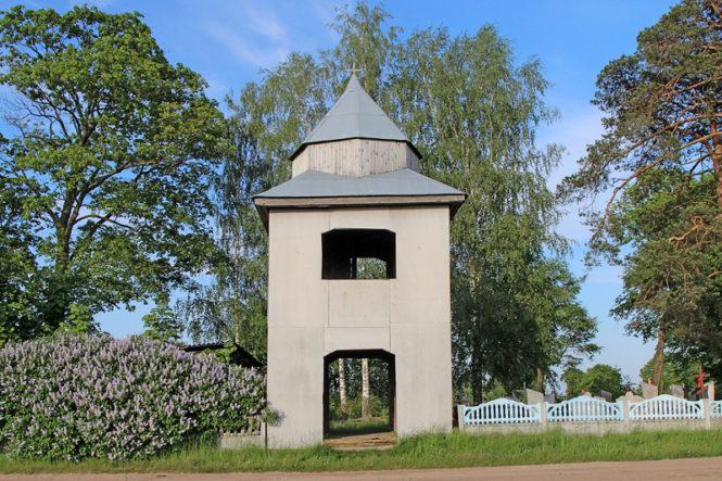 Колокольня, которая сохранилась от предыдущего православного храма