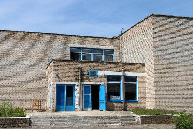 В бывшем здании школы размещаются клуб и библиотека